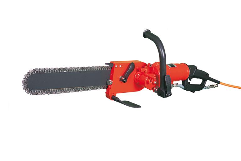 Die Kettensäge TK40 von Weka kann 1- und 3-phasig betrieben werden, eignet sich für kleine Öffnungen und Einschnitte sowie tiefes schneiden.